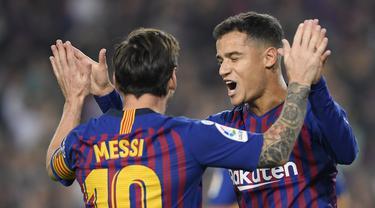Pemain Barcelona, Philippe Coutinho, merayakan gol yang dicetak Lionel Messi ke gawang Sevilla pada laga La Liga Spanyol di Stadion Camp Nou, Barcelona, Sabtu (20/10). Barcelona menang 4-2 atas Sevilla. (AFP/Lluis Gene)