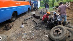 Pekerja memotong bagian mesin dari angkutan Metromini di salah satu pool Metromini, Jalan Pulogebang, Jakarta, Rabu (3/1). Para pengusaha Metromini keberatan terkait kebijakan kelayakan operasional angkutan umum. (Liputan6.com/JohanTallo)