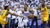 Pebasket Oklahoma City Thunder, Russell Westbrook, berusaha melewati pebasket Utah Jazz, Donovan Mitchell, pada gim kedua play-off NBA Wilayah Barat, Rabu (18/4/2018). Jazz menang 102-95 atas Thunder. (AP/Sue Ogrocki)