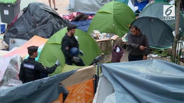Polisi dan pejabat kota di utara Paris memindahkan ratusan imigran dari sebuah kamp yang jadi sumber permasalahan pemerintah Prancis.