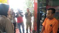 Kapolsek Seberang Ulu II Palembang Kompol Yenny Diarty saat menginterogasi tersangka JM (Liputan6.com / Nefri Inge)