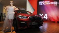Model berpose di samping The All New BMW X4 First-ever seri terbaru saat peluncuran di Jakarta, Kamis (7/2). BMW X4 adalah versi xDrive30i M Sport X  mesin 4 silinder Valvetronic TwinPower Turbo Double VANOS berkapasitas 2.000cc. (Merdeka.com/Dwi Narwoko)