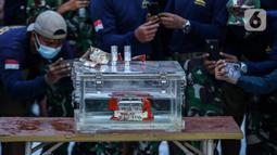 Kondisi Black box pesawat Sriwijaya Air SJ 182 yang jatuh di Kepulauan Seribu diperlihatkan di Dermaga JICT, Jakarta, Selasa (12/1/2021). Kotak hitam pesawat Sriwijaya Air SJ182 ditemukan di sekitar Pulau Laki-Pulau Lancang, Kepulauan Seribu, DKI Jakarta, pukul 16.20 WIB. (Liputan6.com/Johan Tallo)