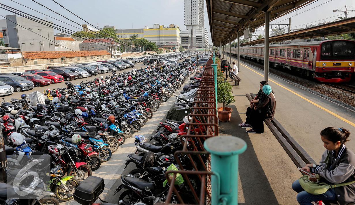 Kendaraan terparkir di Stasiun Pondok Cina, Depok, Kamis (6/8/2015). Membawa kendaraan hingga stasiun terdekat lalu berangkat menggunakan kereta bisa meminimalisir kemacetan di ibu kota. (Liputan6.com/Faizal Fanani)