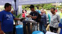 Warga memanfaatkan air minum gratis saat run for water di CFD, Jakarta, Minggu (25/3). Run For Water kolaborasi antara PAM Jaya, Palyja, dan Aetra mengkampanyekan hari air dunia 2018 mengajak masyarakat ayo peduli air Jakarta. (Liputan6.com/Angga Yuniar)