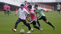 Pelatih PSS, Seto Nurdiyantoro (jaket putih), ikut bermain dalam sesi latihan bersama anak asuhnya di Stadion Maguwoharjo, Sleman, Rabu (140/8/2019) pagi. (Bola.com/Vincentius Atmaja)