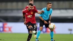 Penyerang Manchester United, Bruno Fernandes, melepaskan tendandan ke arah gawang Copenhagen pada laga perempat final Liga Europa di RheinEnergie Stadion, Jerman, Selasa (11/8/2020) dini hari WIB. Manchester United menang 1-0 atas Copenhagen. (AFP/Wolfgang Rattay/pool)