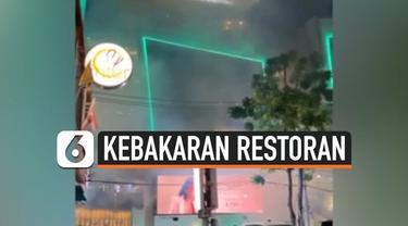 Sebuah restoran Korean BBQ yang berada di Siam Square One, Bangkok, Thailand terbakar. Kebakaran terjadi saat pengunjung tengah merayakan festival Loy Krathong.
