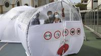 Perancang berdiri di dalam salah satu Unit Isolasi Epidemiologi Portabel selama presentasi media, di Bogota, Kolombia, Selasa (16/2/2021). Unit isolasi portabel ini bisa digunakan di daerah yang tidak ada rumah sakit terdekat atau rumah sakit yang kewalahan pasien. (AP Photo/Fernando Vergara)