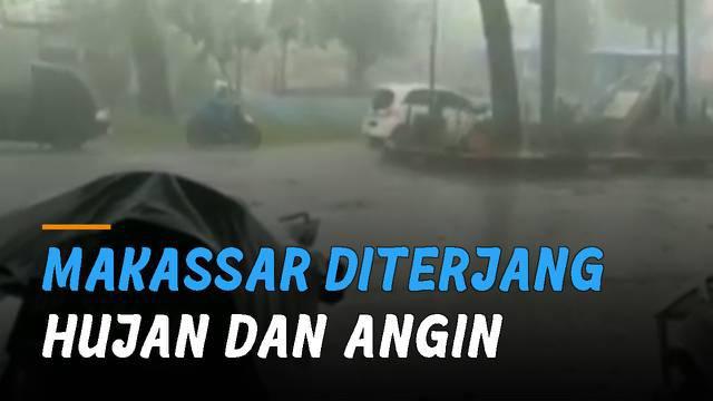 Hujan dan angin kencang terjang beberapa daerah di Kota Makassar.