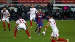Penyerang Barcelona, Lionel Messi membawa bola saat bertanding melawan Sevilla pada pertandingan leg kedua babak semifinal Copa del Rey di stadion Camp Nou di Barcelona, Spanyol, Kamis (4/3/2021). Barcelona menang agregat 3-2 atas Sevilla. (AP Photo/Joan Monfort)
