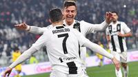 Striker Juventus, Cristiano Ronaldo, melakukan selebrasi bersama Paulo Dybala usai membobol gawang Frosinone pada laga Serie A di Stadion Allianz, Turin, Jumat (15/2). Juventus menang 3-0 atas Frosinone. (AP/Alessandro Di Marco)
