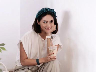 Di luar sesi pemotretan, Rini Yulianti kerap tampil dalam gaya kasual. Meskipun terkesan santai, namun wanita kelahiran Banjarmasin, 11 Juli 1985 ini tetap nampak stylish. (Liputan6.com/IG/riniyulianti)