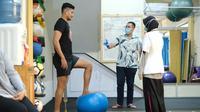 Bek PSM Makassar, Abdul Rahman Sulaeman, saat melakukan latihan pemulihan cedera. (Bola.com/Abdi Satria)