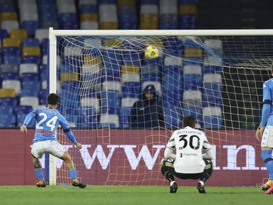 Penyerang Napoli, Lorenzo Insigne saat mencetak gol lewat titik penalti ke gawang Juventus pada pertandingan lanjutan Liga Serie A Italia di stadion Diego Armando Maradona di Naples, Italia, Minggu (14/2/2021). Napoli menang atas Juventus 1-0. (Alessandro Garofalo / LaPresse via AP)