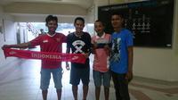 Gelandang Timnas Indonesia U-22, Evan Dimas, dan TKI di Malaysia yang juga suporter Tim Garuda Muda. (Bola.com/Dok. Pri)