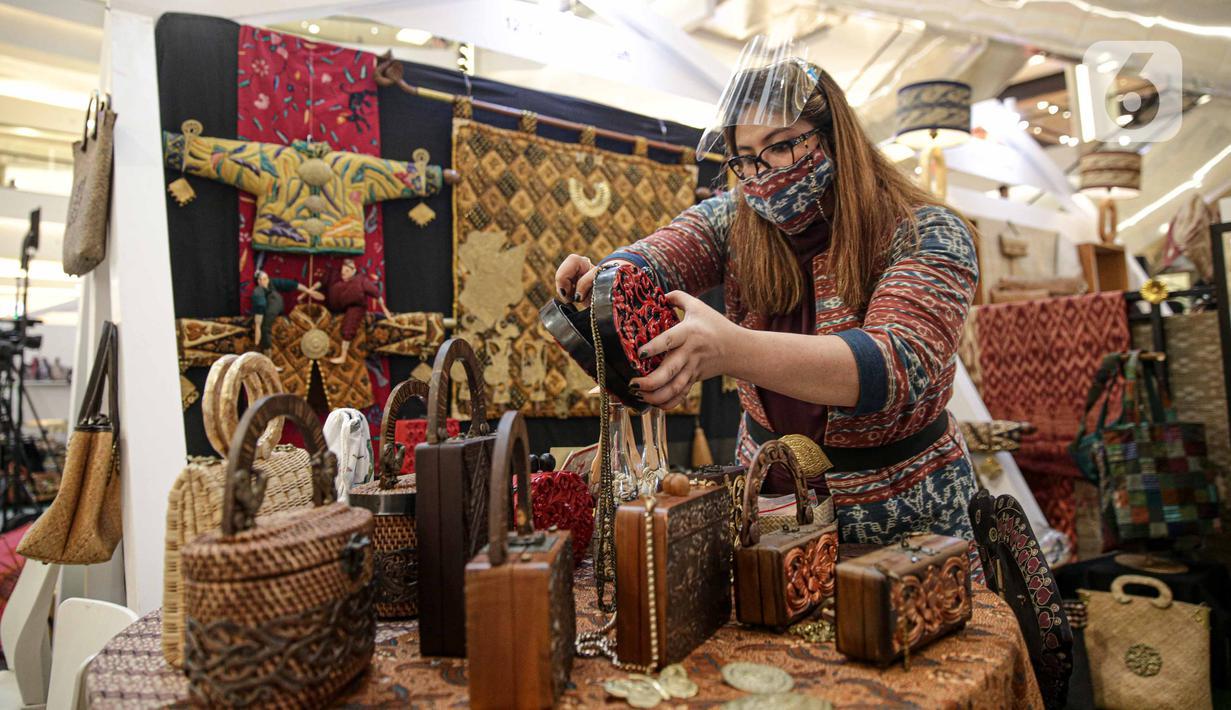 Pengunjung memilih produk UMKM pada acara In Store Promotion di Mal Kota Kasablanka, Jakarta, Rabu (18/11/2020). Sektor UMKM mendapat perhatian serius dari pemerintah untuk mendukung pemulihan ekonomi nasional dan menopang pertumbuhan ekonomi di masa pandemi COVID-19. (Liputan6.com/Faizal Fanani)