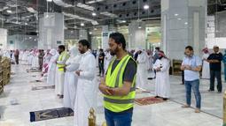 Umat Muslim melaksanakan salat tarawih berjemaah dengan menjaga jarak selama bulan suci Ramadan di Masjidil Haram, Kota Mekkah pada 8 Mei 2020. Otoritas Saudi mengizinkan sejumlah jemaah  memasuki Masjidil Haram untuk melakukan salat selama Ramadan di tengah pandemi virus corona. (STR / AFP)