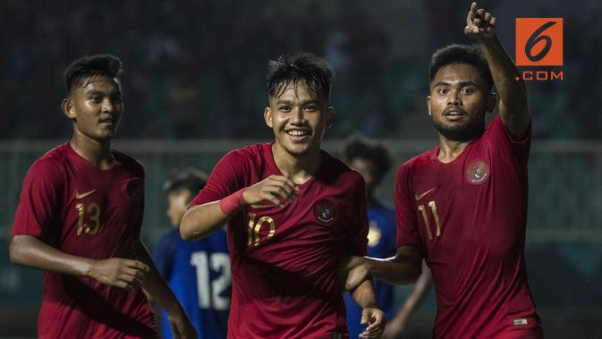 Gelandang Timnas Indonesia, Witan Sulaeman, merayakan gol yang dicetaknya ke gawang Thailand pada laga PSSI 88th U-19 di Stadion Pakansari, Jawa Barat, Minggu (23/9/2018). Hingga babak pertama kedudukan imbang 1-1. (Bola.com/Vitalis Yogi Trisna)