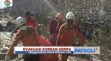 Seorang perempuan berhasil diselamatkan petugas setelah tertimpa reruntuhan Hotel Roa-Roa di Palu, Sulawesi Tengah.