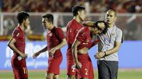Asisten pelatih Timnas Indonesia U-22, Kurniawan Dwi Yulianto, menghibur Osvaldo Haay usai dikalahkan Vietnam pada laga final SEA Games 2019 di Stadion Rizal Memorial, Manila, Selasa (10/12). Indonesia kalah 0-3 dari Vietnam. (Bola.com/M Iqbal Ichsan)