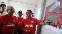 Gubernur DKI Jakarta Anies Baswedan bersama Dirut Jakpro Dwi Wahyu Daryoto melihat gambar Jakarta International Stadium di Jakarta, Kamis (14/3). Stadion ini nantinya bakal digunakan sebagai markas Persija Jakarta. (Liputan6.com/Herman Zakharia)