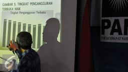 "Wakil Ketua Umum DPP PAN, Didik J Rachbini saat menjadi pembicara dalam diskusi yang bertajuk ""Krisis Ekonomi, Pengangguran dan Solusinya (Visi Pan)"" di Kantor DPP PAN, Jakarta, Rabu (9/9/2015). (Liputan6.com/Andrian M Tunay)"