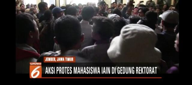 Para mahasiswa nekat menerobos barikade satpam di pintu masuk setelah perwakilan rektorat menyatakan bahwa rektor sedang berada di luar kota.