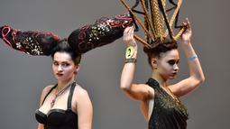 """Model berpose saat mengikuti kompetisi penata rambut di International """"Crystal Angel"""" Festival of Hairdressing ke-15 di Kiev (22/4). (AFP/Sergei Supinsky)"""