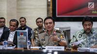 Kadiv Humas Mabes Polri Irjen M Iqbal (tengah) memberi keterangan terkait perkembangan kasus Novel Baswedan di Mabes Polri, Jakarta, Rabu (17/7/2019). TGPF menduga kuat teror air keras kepada penyidik senior KPK tersebut dipicu oleh kasus-kasus yang sebelumnya ditangani. (Liputan6.com/Faizal Fanani)