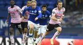 Gelandang Leicester City, James Maddison, berebut bola dengan gelandang Everton, Tom Davies, pada laga Premier League pekan ke-32 di Goodison Park, Kamis (2/7/2020) dini hari WIB. Leicester City kalah 1-2 atas Everton. (AFP/Peter Powell/pool)