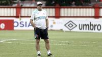 Pelatih PSM Makassar, Rene Alberts, mengamati para pemainnya saat latihan di Stadion PTIK, Jakarta, Minggu (2/12). Latihan ini persiapan jelang laga Liga 1 melawan Bhayangkara FC. (Bola.com/Yoppy Renato)