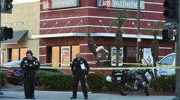 Aparat kepolisian berjaga di luar sebuah restoran cepat saji, di Hollywood, California setelah aksi penyerangan dengan pisau, Selasa (31/1). Polisi menembak mati pria bersenjata pisau tersebut yang menusuk beberapa pengunjung. (Robyn Beck/AFP)