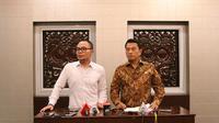 Menteri Ketenagakerjaan Hanif Dhakiri dan Kepala Staf Kepresidenan Jenderal (Purn) Moeldoko saat memberi keterangan pers di Bina Graha, Kompleks Istana Kepresidenan, Jakarta, Selasa (24/4/2018). (Biro SetPres)