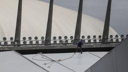 Seorang pria bekerja di lokasi pembangunan rumah sakit sementara di kompleks olahraga Ibirapuera di tengah merebaknya wabah COVID-19 di Sao Paulo (16/4/2020). Total pasien yang meninggal juga bertambah dari 1.736 menjadi 1.924, dengan tingkat kematian sebesar 6,3 persen. (Xinhua/Rahel Patrasso)