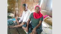 Kakek yang viral karena salat Idul Adha pakai seragam SMA dan istrinya (Fauzan/Liputan6.com)