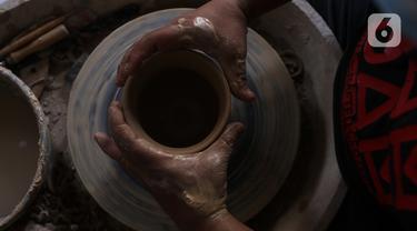 Perajin, Damar (39), membuat produk berbahan tanah liat di Jurang Mangu, Tangerang Selatan, Banten, Sabtu (16/1/2021). Produksi keramik rumahan tersebut dipasarkan hingga luar pulau Jawa dengan harga Rp100 ribu sampai Rp300 ribu tergantung ukuran dan tingkat kesulitannya. (Liputan6.com/Angga Yuniar)
