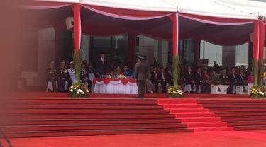 Presiden Joko Widodo bertindak sebagai inspektur upacara dalam peringatan hari ulang tahun ke-73 tentara nasional Indonesia (TNI). Upacara digelar di Plaza Mabes TNI Cilangkap, Jakarta Timur, Jumat (5/10).