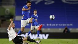 Gelandang Brighton, Alireza Jahanbakhsh, berebut bola dengan bek Portsmouth, Jack Whatmough, pada laga Piala Inggris di Falmer Stadium, Jumat (18/9/2020) dini hari WIB. Brighton menang 4-0 atas Portsmouth. (AFP/Paul Childs/pool)