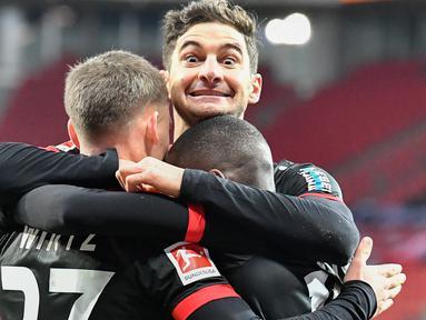 Pemain Bayer Leverkusen merayakan gol yang dicetak Moussa Diaby ke gawang Borussia Dortmund pada laga lanjutan Liga Jerman di BayArena Stadium, Rabu (20/1/2021). Bayer Leverkusen menang 2-1 atas Borussia Dortmund. (AFP/Martin Meissner/pool)