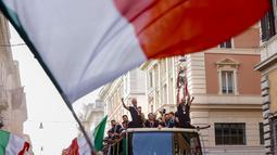 Hiruk-pikuk keramaian, kibaran bendera hingga lantang suara nyanyian para fans semakin membuat penyambutan sang pahlawan di Kota Roma semakin semarak. (Foto:AP/Riccardo De Luca)