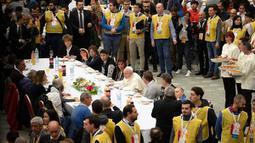 Jamu Kaum Miskin di Vatikan: Paus Fransiskus menggelar jamuan makan siang di Aula Paul VI Vatikan, Minggu (17/11/2019). Paus Fransiskus mengundang sekitar 1.500 orang miskin, tunawisma, imigran dan pengangguran untuk makan siang dalam memperingati Hari Orang Miskin Sedunia. (AP/Alessandra Tarantino)