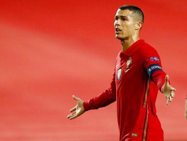 Ekspresi striker Portugal, Cristiano Ronaldo, saat melawan Prancis pada laga UEFA Nations League di Stadion Da Luz, Minggu (15/11/2020). Prancis menang dengan skor 1-0. (AP/Armando Franca)