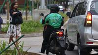 Pengemudi ojek online menunggu penumpang di Senayan, Jakarta, Selasa (19/3). Kemenhub mengeluarkan Permen No.12 tahun 2019 tentang perlindungan keselamatan pengguna motor yang digunakan untuk kepentingan masyarakat. (Liputan6.com/Helmi Fithriansyah)