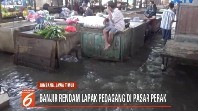 Banjir merendam Pasar Perak di Jombang, Jawa Timur, sejumlah pedagang merugi karena sepi pembeli.