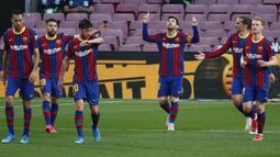 Striker Barcelona, Lionel Messi, melakukan selebrasi usai mencetak gol ke gawang Granada pada laga Liga Spanyol di Stadion Camp Nou, Jumat (30/4/2021). Barcelona takluk dengan skor 1-2. (AP/Joan Monfort)