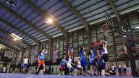 Para peserta kamp Jr. NBA, melakukan sesi latihan dan gim, beberapa waktu lalu.  (FOTO / Ist Jr. NBA)