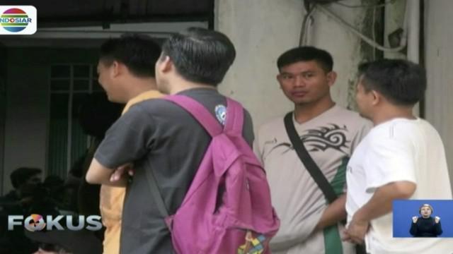 Garis polisi masih terpasang di lokasi ledakan Ruko Grand Wijaya, Jakarta Selatan, para karyawan di sekitar TKP tidak bisa bekerja.