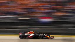 Pada balapan yang berlangsung di Sirkuit Zandvoort, Minggu (5/9/2021), Verstappen start dari posisi terdepan. (Foto: AP/Francisco Seco)