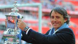 Roberto Mancini. Memiliki durasi yang sama dengan Sven Goran Eriksson di Lazio yaitu selama 3 musim, mulai 1997/1998 hingga 1999/2000. Sebagai manajer telah menangani 6 klub, Fiorentina, Lazio, Inter Milan, Manchester City, Galatasaray dan Zenit serta Timnas Italia. (AFP/Andrew Yates)